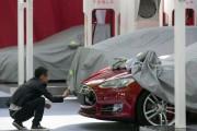 Un homme photographie l'écusson Tesla d'un Modèle S... - image 3.0