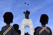 Deux CF-18 ont survolé la colline parlementaire pour... (Photo Justin Tang, La Presse canadienne) - image 2.0