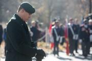 Un soldat se recueille lors de la cérémonie.... (PHOTO NINON PEDNAULT, COLLABORATION SPÉCIALE) - image 1.0