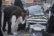 Des proches d'une victime du séisme se pleurent... (PHOTO FARZAD MENATI, AFP/TASNIM NEWS) - image 2.0
