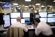 Des courtiers suivent les cours de la Bourse... - image 5.0