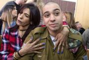 Le soldat Elor Azaria et sa mère Oshra... (Photo JIM HOLLANDER, archives AFP) - image 1.0