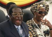 Robert et Grace Mugabe en 2008.... (AP) - image 2.0