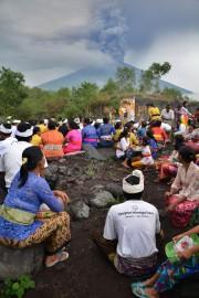 Des Hindous balinais participent à une cérémonie religieuse... (AFP) - image 2.0