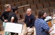 Après la répétition, le chef discute avec des... (Photo André Pichette, La Presse) - image 1.1