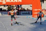 Johannes HoesflotKlaebo (à gauche) dépasse Martin Johnsrud Sundby... (PHOTO TERJE BENDIKSBY, AFP/NTB SCANPIX) - image 1.0