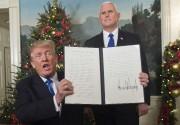 Flanqué du vice-président Mike Pence, Donald Trump montre... (AFP) - image 3.0