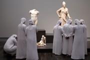Des visiteurs observent des sculptures auLouvre Abu Dhabi.... (AFP) - image 2.0