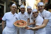 Des pizzaïolo napolitains célèbrent la reconnaissance obtenue par... (Tiziana FABI, AFP) - image 1.0