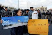 Une manifestante brandit une affiche montrant lamosquée al-Aqsa,... (REUTERS) - image 3.0