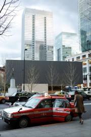 Une femme monte dans un taxi à Tokyo.... - image 4.0