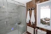 Sur un mur de la salle de bains,... (PHOTO DAVID BOILY, LA PRESSE) - image 2.0