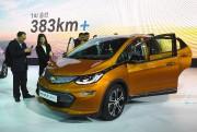 Des visiteurs examinent la Chevrolet Bolt tout électrique... - image 2.0