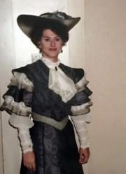 Paula Rasmussen en 1991, portant un costume dans... (AP) - image 2.0