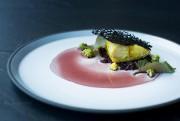 Esturgeon servi avec riz noir et surmonté d'une... (PHOTO ÉDOUARD PLANTE-FRÉCHETTE, ARCHIVES LA PRESSE) - image 2.0