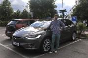 Un Norvégien pose devant son Modèle X Tesla... - image 3.0