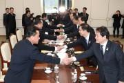 Les membres des délégations nord-coréenne (à gauche) et... (AFP) - image 2.0