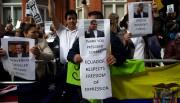 Des supporters de Julian Assange brandissent des pancartes... (AFP) - image 2.0