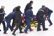 Phillip Danault évacué sur civière.... (Photo La Presse canadienne) - image 1.0