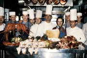Paul Bocuse entouré de sa brigade en 1973... (PHOTO ARCHIVES AGENCE FRANCE-PRESSE) - image 1.0