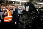 Le président Emmanuel Macron pose avec un employé... - image 3.0