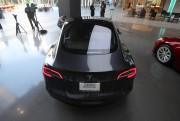 Un Modèle 3 dans un magasin Tesla de... (REUTERS) - image 5.0