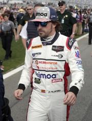 Fernando Alonsose dirigeant vers sa Ligier JS P217... - image 3.0
