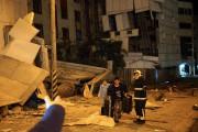 Deux personnes sont évacuées de l'hôtel Marshal, endommagé... (Photo YANG JEN-FU, Agence France-Presse) - image 1.1