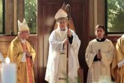 L'évêque Juan Barros (au centre) prend part à... (PHOTO CARLOS GUTIERREZ, ARCHIVES REUTERS) - image 1.1