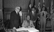 Charles Trenet signe le livre d'or de la... (Photo tirée des archives de la Ville de Montréal) - image 3.0