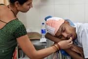 La femme de Santlal Pal lui donne de... (INDRANIL MUKHERJEE, AFP) - image 1.1