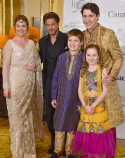 La famille Trudeau pose avec Shahrukh Khan, à... (AFP) - image 2.0