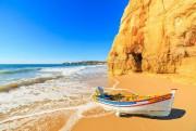 Une barque laissée sur une plage de Portimao... (Photo Thinkstock) - image 2.0