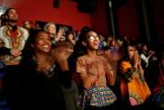 Des jeunes applaudissent à la fin de la... (PhotoChris Aluka Berry, Reuters) - image 1.1