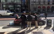 Les services secrets inspectent le véhicule de l'homme... (Photo Thomas WATKINS, AFP) - image 1.0