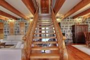 L'escalier central a été sculpté et assemblé par... (Photo fournie par Sotheby's International Realty et les propriétaires) - image 1.0