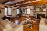 C'est un des trois foyers du rez-de-chaussée. À... (Photo fournie par Sotheby's International Realty et les propriétaires) - image 1.1