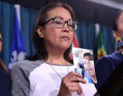 Debbie Baptiste tient une photo de son fils... (Photo Justin Tang, Archives La Presse Canadienne) - image 1.1