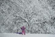 Une fillette joue dans un parc à Marple... (AP) - image 2.0