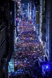 Des milliers de manifestantes ont descendu l'avenue Istiklal.... (AFP) - image 2.0