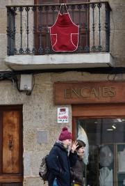 Des femmes employées à domicile ont accroché symboliquement... (AFP) - image 2.0