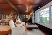 À lui seul, le salon comprend deux foyers... (PHOTO MÉLANIE VALLIÈRES, FOURNIE PAR PROFUSION IMMOBILIER) - image 1.1