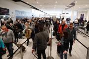 Une file d'attente à l'aéroport Trudeau... (PHOTO MARTIN CHAMBERLAND, LA PRESSE) - image 1.0