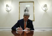 John Kerry signant des documents relatifs à l'accord... (AP) - image 2.0
