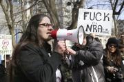 Une femme fait un discours devant les manifestants... (PHOTO ROBERT SKINNER, LA PRESSE) - image 1.1