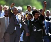 Nelson Mandela, accompagné de son épouse Winnie, à... (Photo Ulli Michel, archives REUTERS) - image 1.0