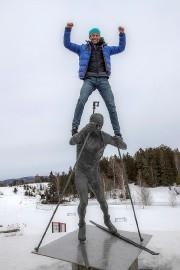 Ole Einar Bjoerndalen a grimpé sur une statue... (Vidar Ruud, Reuters) - image 1.0