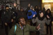 Peu après la fusillade, des dizaines de personnes... (PHOTO Kevin Hagen, AP) - image 1.0