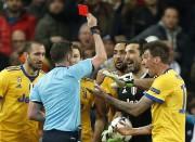 Gianluigi Buffon se fait montrer le carton rouge.... (AP) - image 2.0