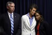 Andrea Constand entourée du procureurKevin Steele et de... (AP) - image 2.0